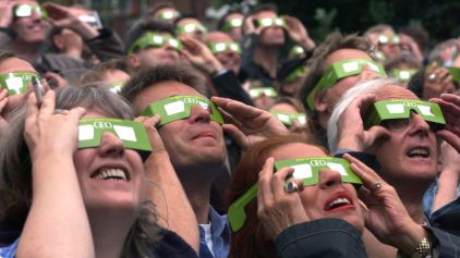 crowd of eclipse viewers