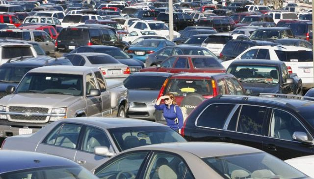 woman searching through PACKED parking lot