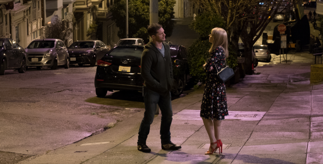 (Venom) Eddie and Anne (Tom Hardy and Michelle Williams) face each other on a San Francisco sidewalk at night, talking